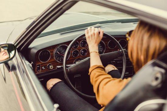 Γυναίκα μάθει να οδηγεί